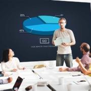 Mann hält PowerPoint Präsentation vor seinen Kollegen.